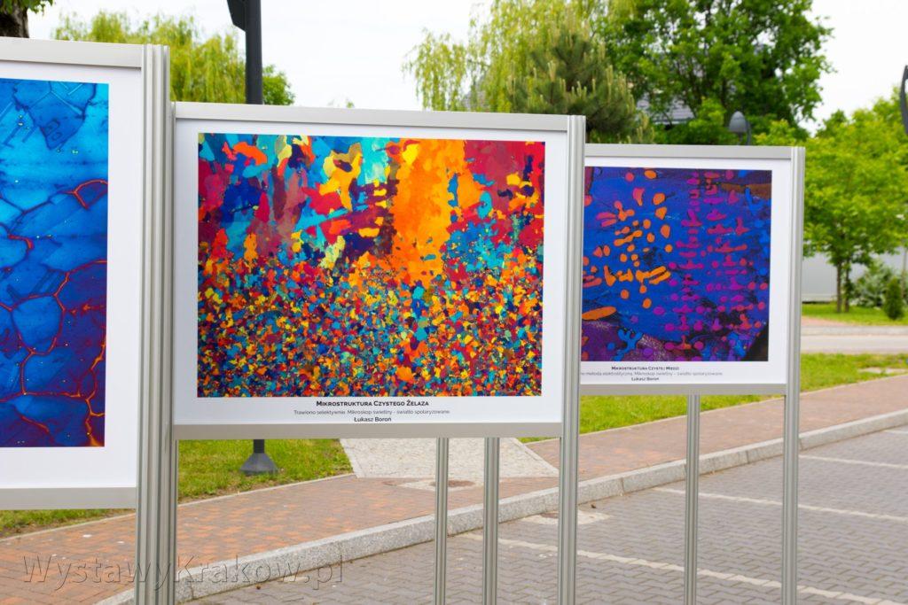 Wystawy plenerowe nadają się świetnie do prezentacji sztuki, lekkie systemy wystawiennicze sprawdzają się w trudnych warunkach atmosferycznych