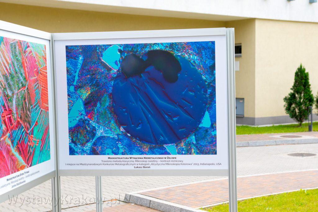 Wystawa Plenerowa w Krakowie zrealizowana na systemie aluminiowym anodowym
