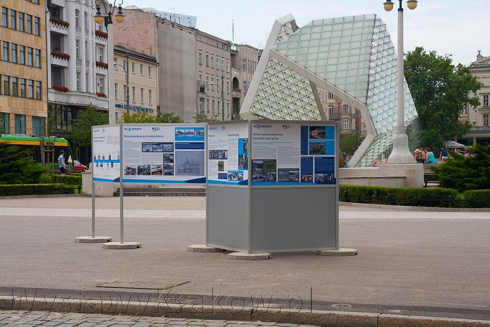 Wystawa plenerowa w Poznaniu - na tym zdjęciu dobre widać budowę modułową naszego systemu wystawienniczego. Jest wykonany z profili aluminiowych, stoi na betonowych blokach.