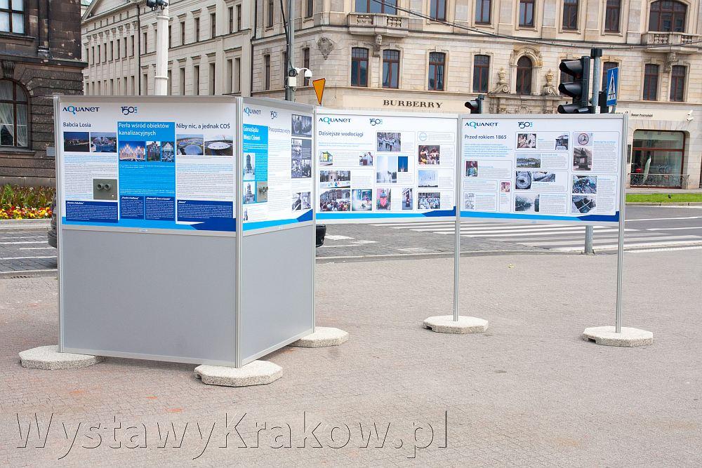 Wystawa plenerowa w Poznaniu - nowoczesny projekt prezentujący archiwalne zdjęcia przyciąga uwagę.