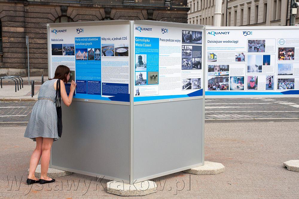 Wystawa plenerowa w Poznaniu - na zdjęciu system wystawienniczy stworzony z fotoplastikonów