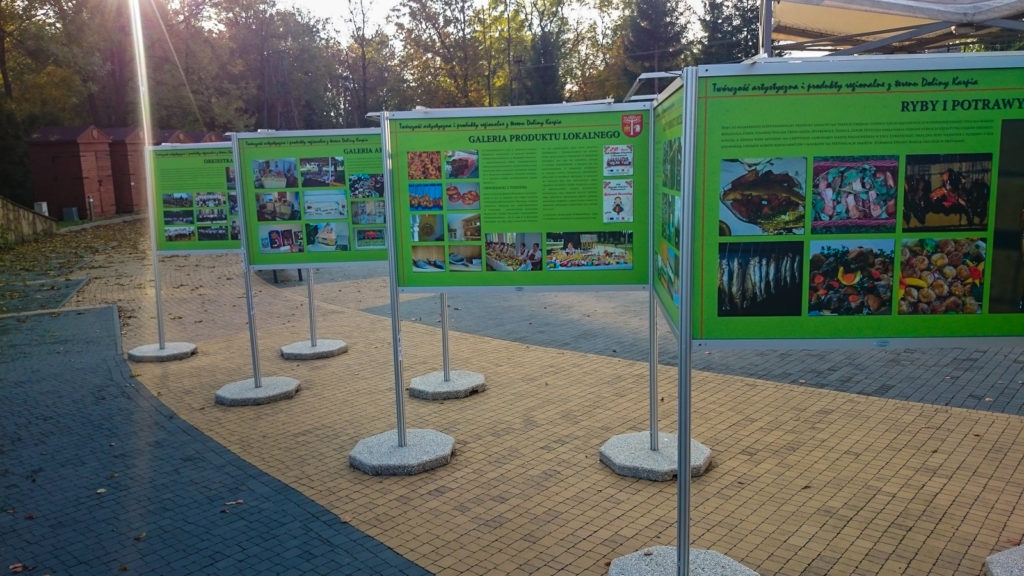 Wystawa plenerowa w Brzeźnicy, zielone plansze stoją na zewnątrz