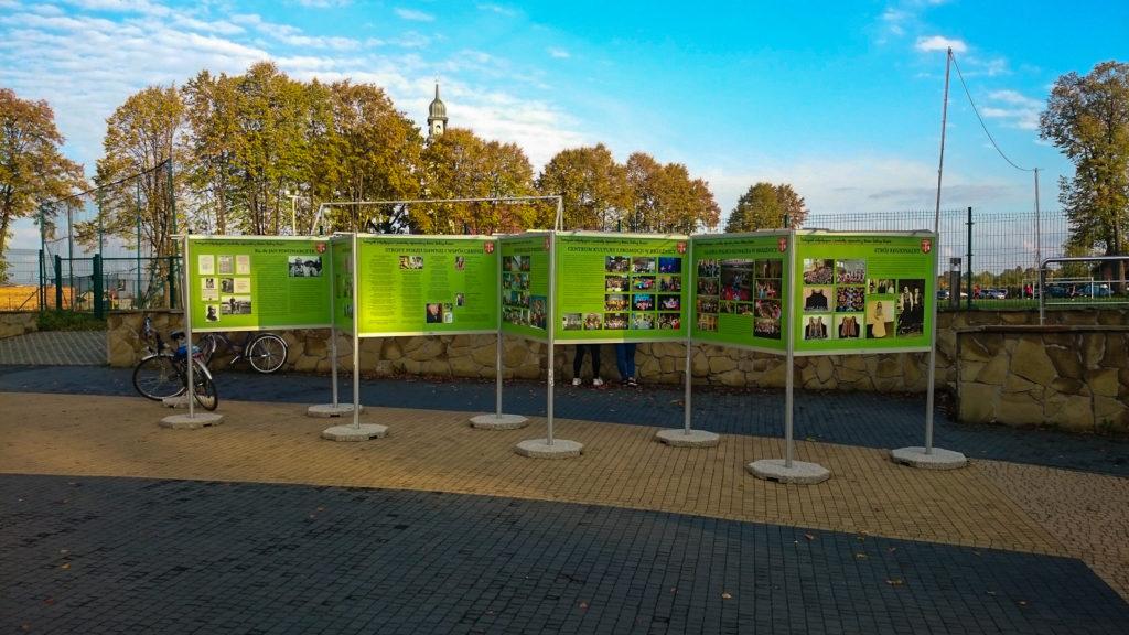Wystawa Plenerowa w Brzeźnicy - lekki system wystawienniczy składa się w łatwych w montażu elementów