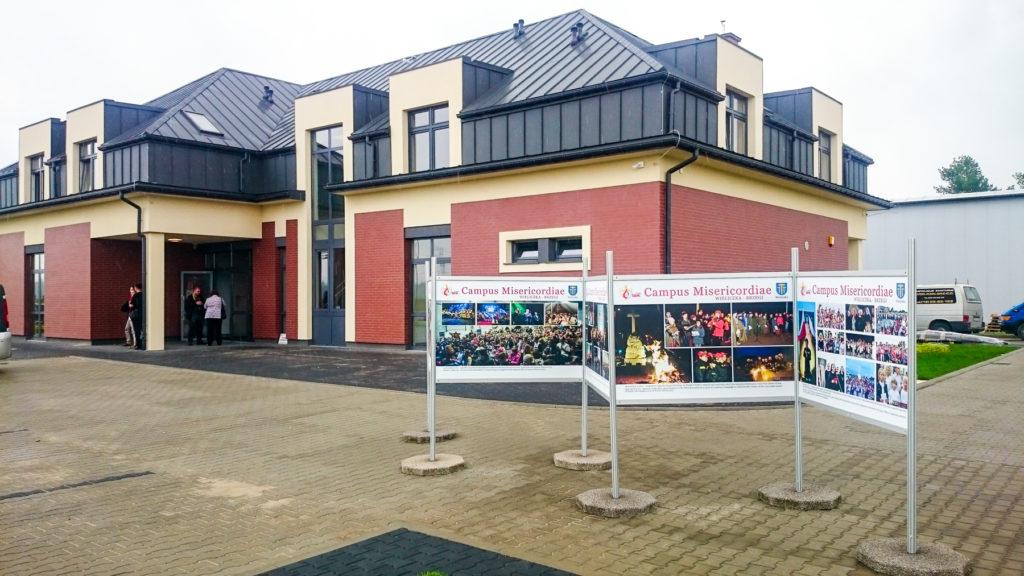Wystawa Plenerowa w Wieliczce - system system wystawienniczy aluminiowo anodowany z podstawami betonowymi