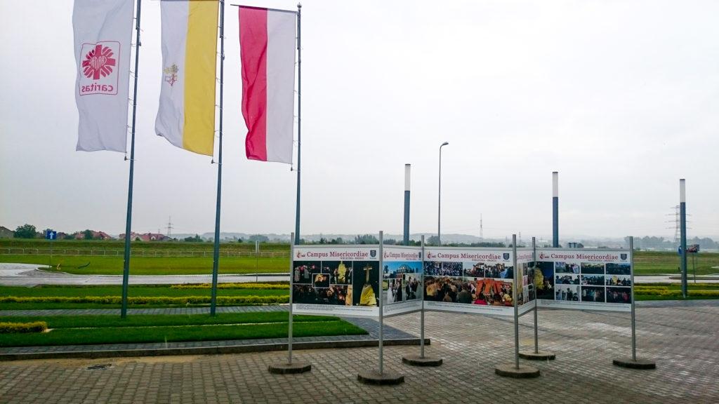 Wystawa Plenerowa w Wieliczce została stworzona w druku Eko Solvent plus laminat UV co gwarantuje niesamowite nasycenie kolorów i odwzorowanie szczegółów