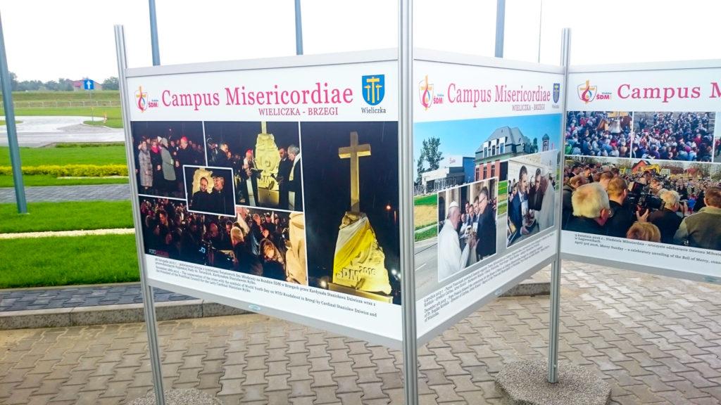 Wystawa Plenerowa w Wieliczce Campus Misericordiae - plansze o szerokości 100 cm