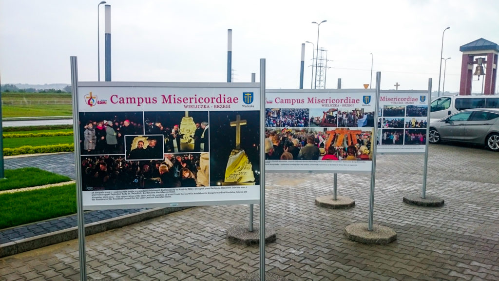 Wystawa Plenerowa w Wieliczce Campus Misericordiae jest stabilny dzięki stopom betonowym