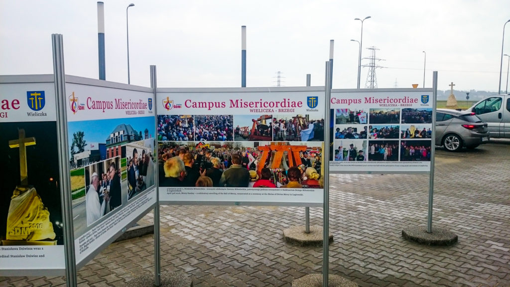 Wystawa Plenerowa w Wieliczce Campus Misericordiae, Wysokiej jakości druk użyty w tej wystawie plenerowej gwarantuje niesamowite odwzorowanie kolorów
