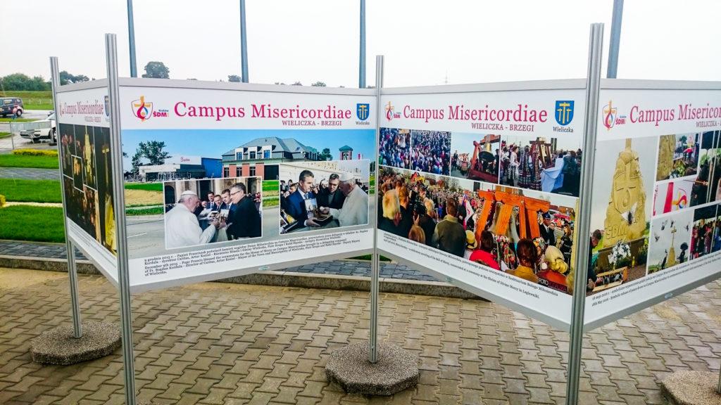 Zbliżenie na szczegóły Wystawa Plenerowa w Wieliczce Campus Misericordiae