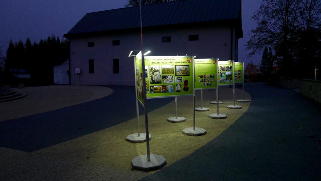 Wystawa plenerowa w Brzeźnicy dzięki oświetleniu LED jest równie piękna w nocy