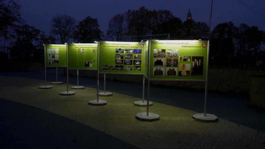 Wystawa plenerowa złożona z kilku stojaków wystawienniczych zewnętrznych