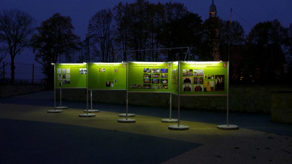 Wystawa Plenerowa w Brzeźnicy - stopy betonowe zapewniają stabilność, a oświetlenie LED czytelność