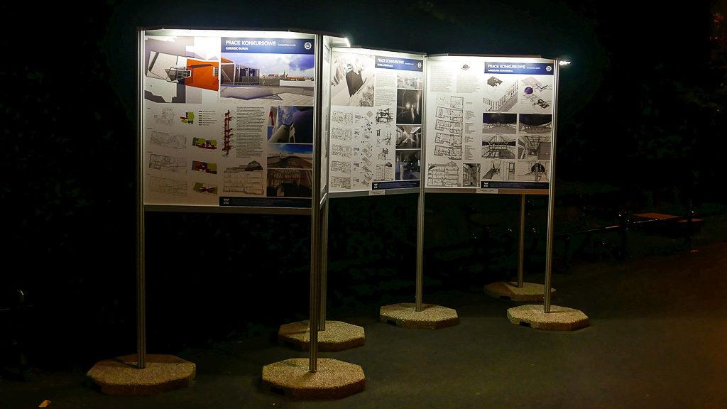 Oświetlona wystawa plenerowa w Karkowie