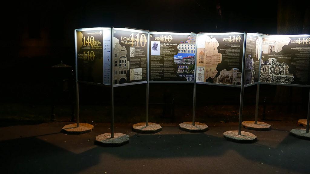 Wystawa plenerowa w nocy